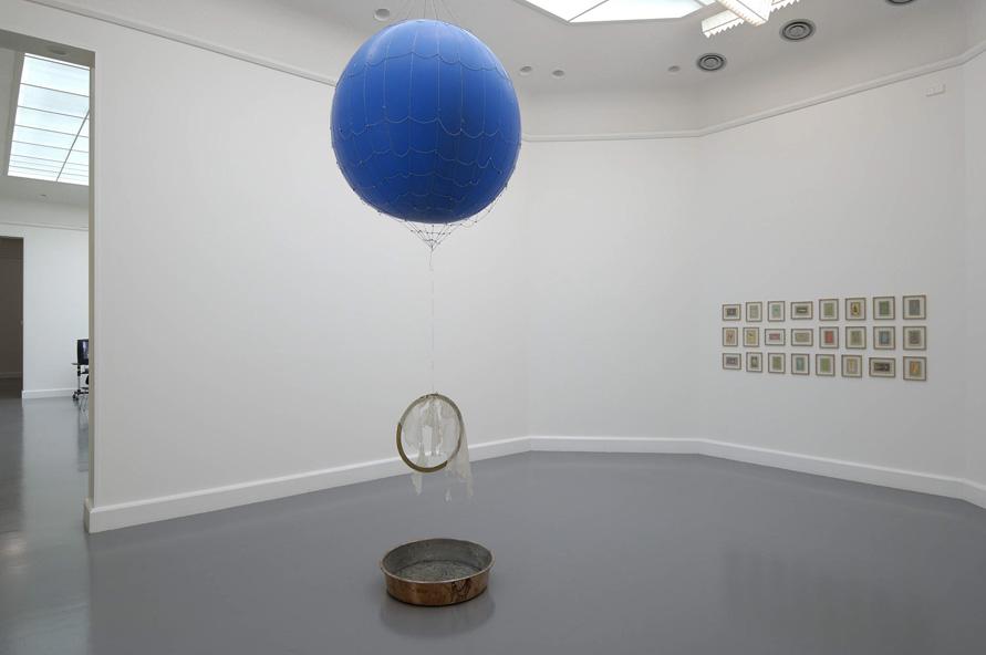 Installationsansicht mit Werken von Füsun Onur & Frédéric Bruly Bouabré