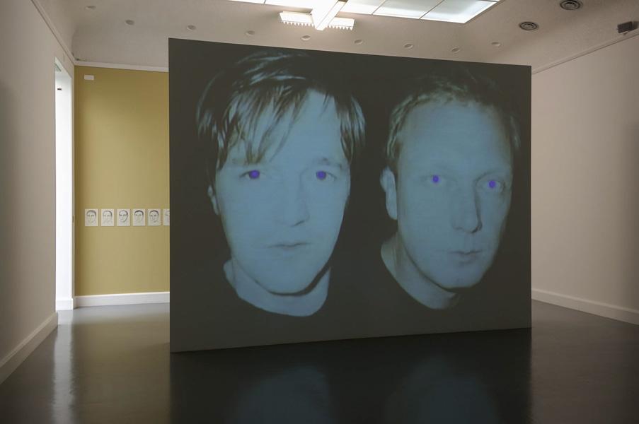 Installationsansicht mit Werken von Richard Hoeck & Heimo Zobernig