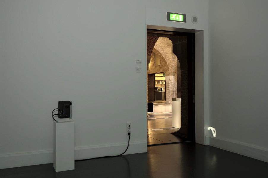 Installationsansicht mit Werk von Ceal Floyer