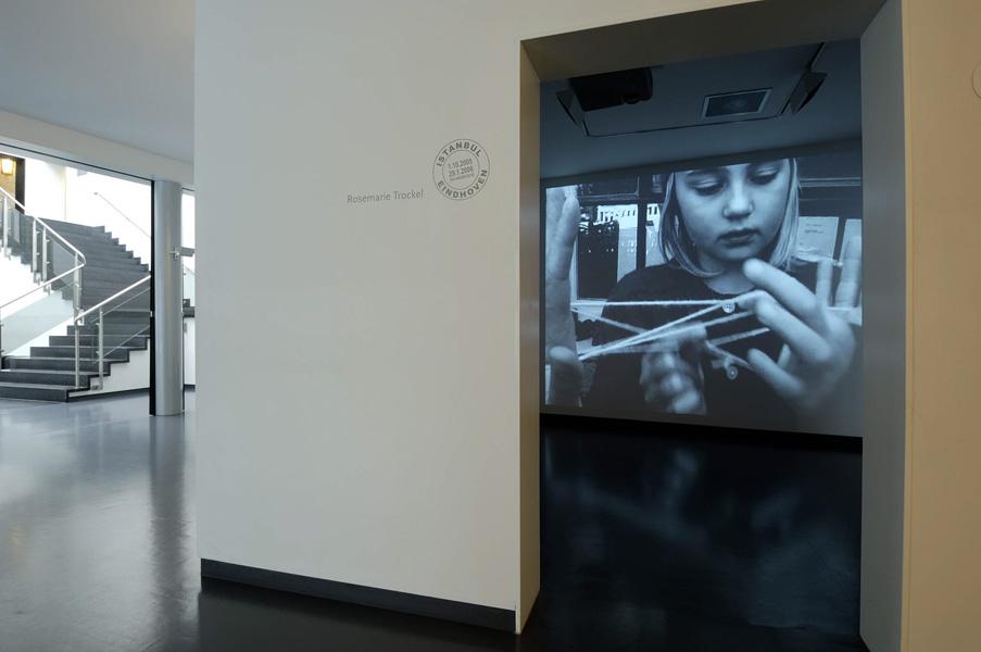Installationsansicht mit Werk von Rosemarie Trockel