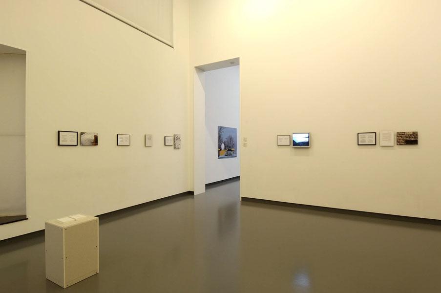 Installationsansicht mit Werken von Lawrence Weiner & Emily Jacir