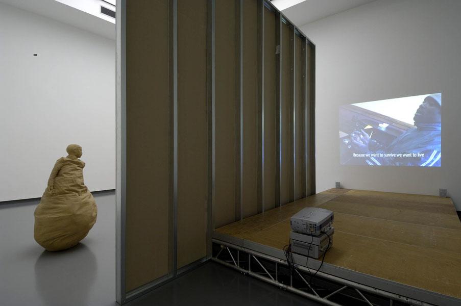 Installationsansicht mit Werken von Juan Muñoz & Esra Ersen