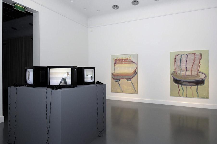 Installationsansicht mit Werken von Absalon & Maria Lassnig
