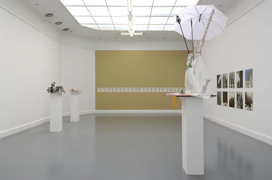 Installationsansicht mit Werken von Isa Genzken & Leyla Gediz